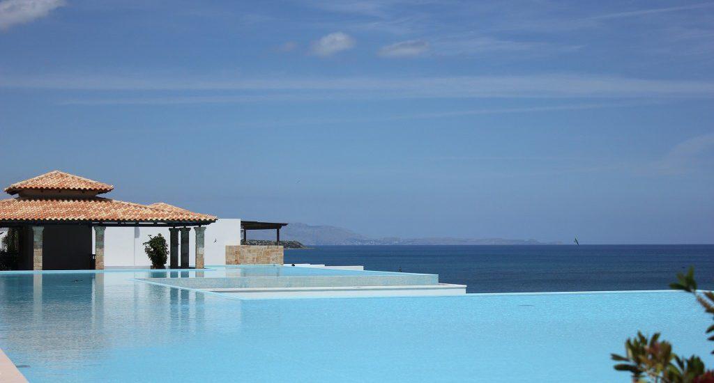 poss der une piscine n cessite de conna tre les normes en vigueur. Black Bedroom Furniture Sets. Home Design Ideas
