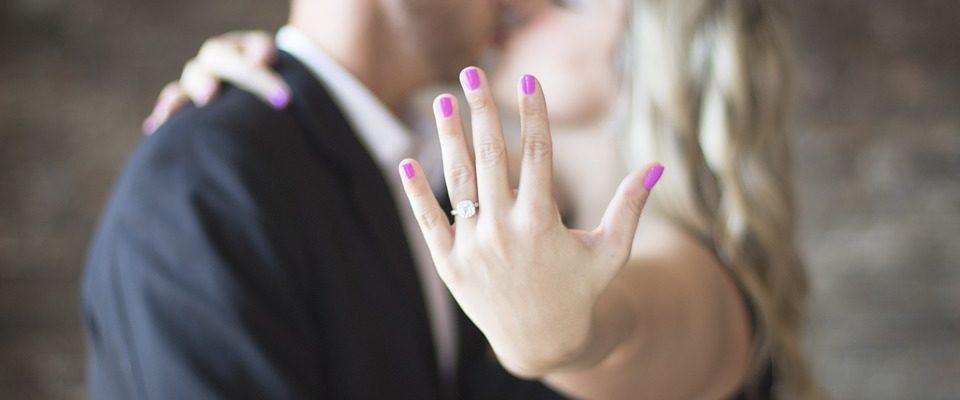Comment bien choisir sa bague de fiançailles